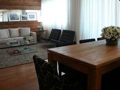 Sala de estar e sala de jantar | Mesa em madeira de demolição | Piso em madeira | Cadeiras veludo arabesco clássico | marcelasantiago.com.br