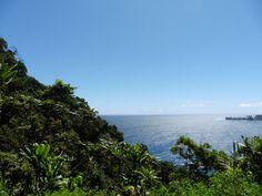 Maui, Hawaii. Hana Highway är en vacker panoramaväg  - stränder, vattenfall, lavaklippor och regnskog.