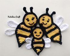Crochet Puff Flower Free crochet pattern: Appliques - Bee (family of bees!) - Free crochet pattern for a beautiful family of bees. Easy and quick pattern! Marque-pages Au Crochet, Beau Crochet, Crochet Applique Patterns Free, Crochet Mignon, Crochet Puff Flower, Crochet Flower Patterns, Crochet Gifts, Cute Crochet, Beautiful Crochet