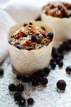 Muffinseista saa ihanan meheviä muussaamalla taikinaan muutaman banaanin ja lisäämällä joukkoon vielä reilun lorauksen kookosmaitoa.