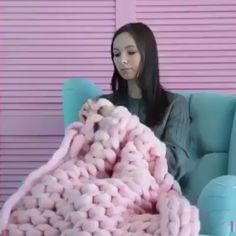 - how to crochet chunky blanket Large Knit Blanket, Hand Knit Blanket, Chunky Blanket, Manta Crochet, Knit Crochet, Chunky Crochet, Arm Knitting, Knitting Patterns, Braided Rugs