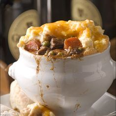 Guinness Beef Shepherd's Pie @keyingredient #cheese #cheddar #pie #casserole
