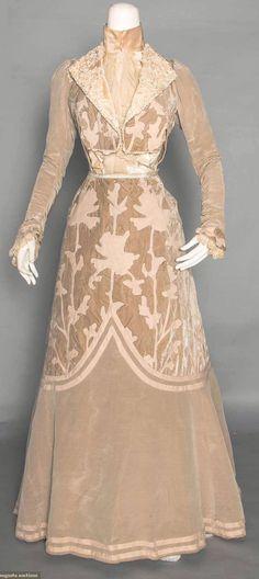 ephemeral-elegance:  Wool Appliqued Velvet Afternoon Dress, ca. 1902 via Augusta Auctions