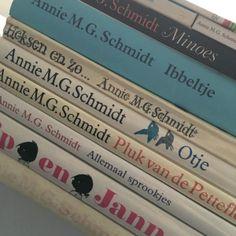 Bij dag 1 gaat het om een Nederlandse of Vlaamse topper. Dan kan ik maar aan één schrijfster denken, en dat is Annie M.G. Schmidt! Zij heeft zulke fantastische verhalen geschreven, die vaak erg lang meegaan in de tijd. Altijd als ik in een kringloop ben kijk ik even of ik nog een exemplaar van Annie M.G. Schmidt kan scoren. Hier zie je mijn bescheiden verzamelingetje.  Mijn #kinderboekenchallenge – De Kinderboekenkoffer Max Lucado, Schmidt, Social Security, Personalized Items, Cards, Maps, Playing Cards