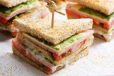 Il clubhouse sandwich con prosciutto cotto è facilissimo da preparare ma ricco di sapori e bellissimo da presentare. Ecco la ricetta