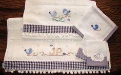 Delicado kit contendo: 1 jogo de toalhas de banho (banho + rosto) + 1 toalha fralda + 2 fraldas de boca bordadas manualmente em ponto de cruz com barrado em tecido 100% algodão. <br> <br>*Barrado com pompons brancos. <br> <br>*A estampa do barrado é meramente ilustrativa, consulte sobre as opções disponíveis de tecidos e cores.