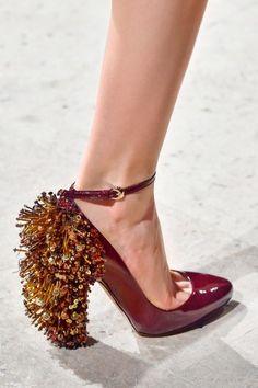 Abalorios, lentejuelas y cristales en el zapato. ¡Pisa fuerte y arrasarás!