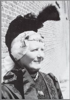 Het kap met hoedje werd omstreeks 1900 door de vrouwen van betere stand gedragen in West-Friesland en op Wieringen.