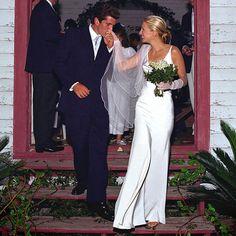 Le nozze dei Kennedy, parte Caroline, John John e Mrs. Carolyn Bessette Kennedy, Les Kennedy, John Kennedy Jr, Jfk Jr, John John, Classic Wedding Dress, Gorgeous Wedding Dress, Dream Wedding, Timeless Wedding