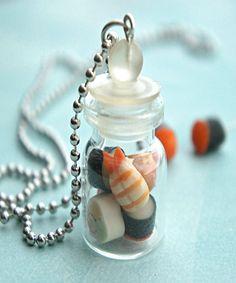 """surtido de sushi en un collar jarra. Este collar ofrece un colgante frasco de sushi hecho a mano esculpida en arcilla polimérica. las medidas colgante frasco de vidrio de unos 2,5 cm de alto y está bien conectado a un collar de cadena de la bola del tono plateado que mide 24 """"de longitud. el colgante frasco no está sellada, pero si prefieren que sea sellado, por favor incluya esta petición durante la retirada."""