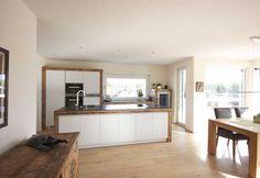 Altholzküche mit weißen Fronten