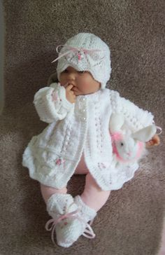 White baby Sweater hat booties set Layette made in Beautiful Knitting Stitches, Baby Knitting, Crochet Baby, Reborn Dolls, Baby Dolls, Baby Doll Nursery, Sweater Hat, Knit Baby Sweaters, Welcome Gifts