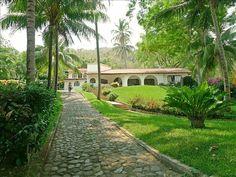 La entrada principal camino de acceso a través de los jardines de El Salvador