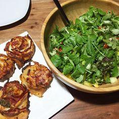 Dinkel-Pizzabrötchen mit Salami und Käse, dazu ein frischer Feldsalat mit Tomate, Paprika und Gurke.