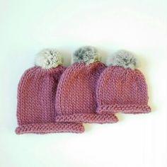 Gorro de lana con pompón de pelo para niña en rosa viejo
