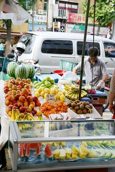 Fresh Fruit - There are all kinds of food available in Seoul but what about a snack? This calls for some fruit! Where can you find fresh fruit in the city? Markets! It's quite easy to find what you want in Seoul~