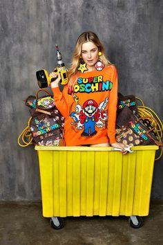 Nommée «Super Moschino», la nouvelle collection de la marque milanaise invite le petit plombier star des jeux vidéos, Mario Bros sur ses sweats, t-shirts, sacs, portefeuilles, bijoux et autres accessoires....