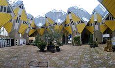As casas cubo já se tornaram um dos ícones de Roterdã, na Holanda. São 45 residências, projetadas pelo arquiteto Piet Blom em 1984, que foram inclinadas a 45 graus. O objetivo de Blom foi criar uma espécie de vila dentro da cidade, um porto seguro onde tudo pudesse acontecer