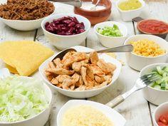 Geef je een feestje of moet je koken voor een grote groep? Als je geen zin hebt om hiervoor uren in de keuken te staan is een Mexicaans buffet of een taco buffet een ideale oplossing! Heel makkelij… Healthy Diners, Healthy Snacks, Mexican Tapas, Mexican Food Recipes, Snack Recipes, Seafood Diet, Fajitas, My Favorite Food, Soul Food