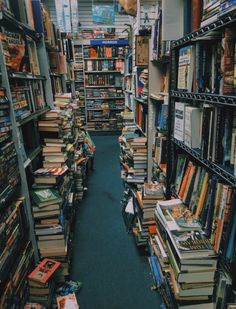 Discovered by Jackie. Find images and videos about books, library and culture on We Heart It - the app to get lost in what you love. I Love Books, Books To Read, My Books, Feeds Instagram, Photo Instagram, Home Libraries, Book Aesthetic, Library Books, Book Nooks