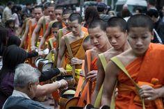 Monks collecting alms at dawn, #LuangPrabang, #Laos - www.gdecooman.fr portfolio, cours et stages photo à Lille, visites guidées de Lille.