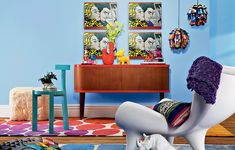 Quatro cópias da tela No Carro (1963), da série Comics Girl do americano Roy Lichtenstein, são o destaque dessa sala repleta de elementos do pop art. Uma explosão de cores no ambiente vintage