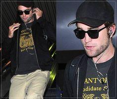 Robert Pattinson Desembarcando No Aeroporto De Los Angeles - 03 De Setembro De 2014 Robert Pattinson foi visto e fotografado na última quarta-feira à noite (03 de setembro de 2014), em Los Angeles Califórnia, quando desembarcava no aeroporto LAX. Veja as fotos à seguir e como o ator britânico estava lindo e estilo com seu look pra lá de casual.