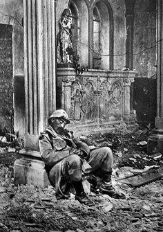 Soldado francês em Massiges, França, durante a Primeira Guerra Mundial, França – 1918. (Coleção Roger-Viollet/Getty Images)