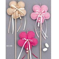 Μπομπονίερα βάπτισης stick λουλούδι. Μπομπονίερα μαξιλαράκια πάνω σε ξυλάκι με σχέδιο λουλούδι.  #mpomponiera #mpomponiera_vaptisis #mpomponieres_louloudi #mpomponieres_stick