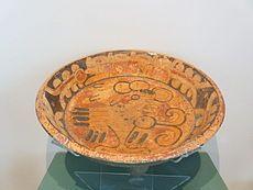Fue rica y variada desde vasos y platos hasta objetos para culto. En su mayoría los objetos eran pintados con motivos geométrico aunque también representaban animales y figuras geométricas. La cerámica tiene paredes muy delgadas, formas simétricas, tintes de base caliza con paredes pulimentadas, muchos colores y excelente terminado de acuarela.   Las decoraciones incluyen textos escritos en maya con escenas de nobles, episodios militares, imágenes de gobernantes, de seres sobrenaturales…