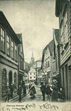 Hordaland fylke Stavanger.Østervaag, gateparti med en del folk, ved Støberiet Udsalg tidlig 1900-tallet