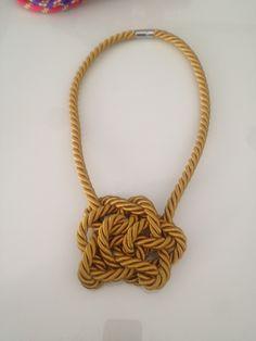 collar en cordon seda y nudos dorado