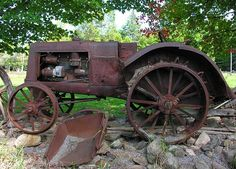 maybe not THIS tractor - but I want an old rusty one for art in my yard :) Antique Tractors, Vintage Tractors, Old Tractors, Vintage Farm, Antique Cars, Antique Trucks, Farm Trucks, Old Trucks, Rust In Peace