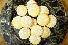 Video Rezept: Weihnachtsplätzchen mit Kardamom, Sternanis und Vanille, Zutate: Zutaten: 150 G Butter, 8 Kapseln grüner Kardamom, 2 Stück Sternanis grob zerkleinert. 2 Eier, 100 g Puderzucker, 1 Tl echten Vanillezucker, 1/2 Tl Zimt, 1 Päckchen Backpulver, 400 g Mehl. Puderzucker zum Bestäuben Backzeit 10 Minuten , Heißluftherd 180 Grad, Ober /Unterhitze Ofen: 200 Grad.