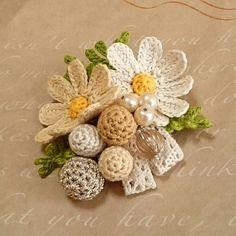 秋風にゆれるコスモスと木の実のブローチ(クリーム×ビーズ) 2x Crochet Diagram, Freeform Crochet, Crochet Motif, Owl Crochet Patterns, Crochet Designs, Crochet Flower Tutorial, Crochet Flowers, Crochet Dolls, Crochet Hats