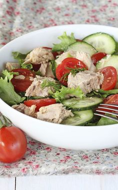 - Cucumber salad, tomatoes and tuna Cucumber Salad, Cobb Salad, Health And Fitness Tips, Health And Beauty, Home Remedies, Natural Remedies, Sandwiches, Summer Salads, Flan