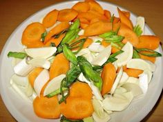 Нарезаем овощи и лук-порей, соединяем все с фасолью, заливаем кипяченой водой и варим до готовности овощей.