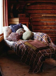 This comfy chaise makes for a cozy reading nook Cozy Cabin, Cozy House, Winter Cabin, Cozy Winter, Winter Time, Cozy Corner, Cozy Place, Home And Deco, My New Room