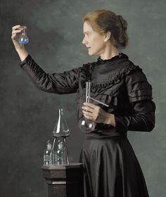 """ve 1 martta dolabın kapağını açtığında büyük bir şaşkınlığa düştü... Kristaller, güneş ışığıyla aktif hale gelmemişlerdi; ama klişeler bomboştu, hatta kararmışlardı. Uranyum kristalleri, bağımsız olarak ışın yaymışlardı.  Bu rastlantısal buluş gerçekten şaşırtıcıydı. Bu ışınları üreten enerji nereden geliyordu? Sorunun cevabını bir yıl boyunca kimse veremedi. Curie'ler, 1897 kışında """"Becquerel Işınları""""nın gizemini çözmeye karar verdiler. İlk aşamada, uranyum içeren kristallerde doğan etkin"""