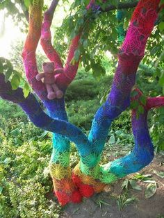 This rainbow-coloured spiderweb crochet design took three months to stitch by an artist known only as Babukatorium. As part of the 'graffiti knitting' craze people cover public objects with knitting before fleeing. Crochet Tree, Knit Crochet, Crochet Teddy, Guerilla Knitting, Art Yarn, Over The Rainbow, Circle Rainbow, Tree Art, Rainbow Colors