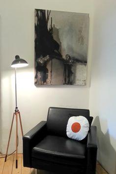 Styling, Stativ mit Kaiser Idell Leuchte, artwork Carloe Bintz, vintage furniture Sessel