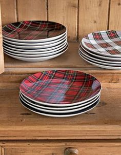Love all the plaid plates! vignette design: Mad About Tartan Plaid Mode Tartan, Tartan Plaid, Tartan Fabric, Plaid Flannel, Tartan Christmas, Christmas Love, Xmas, Christmas Tables, Christmas Plates