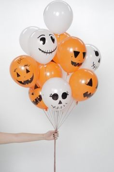 These DIY Halloween balloons are so easy, the kids will love helping out! You can make as many as you want to fulfill your Halloween decor needs. Dulceros Halloween, Halloween Balloons, Halloween Crafts For Kids, Halloween Birthday, Holidays Halloween, Homemade Halloween Decorations, Halloween Party Decor, Halloween Gender Reveal, Manualidades Halloween