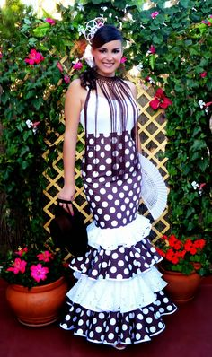 The Flamenco fashion of a fringed necklace makes even simple tops look special Flamenco Costume, Spanish Style, Body, Costumes, Costume Ideas, High Neck Dress, How To Make, Inspiration, Dresses
