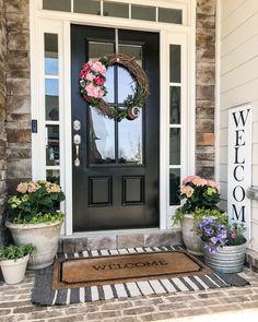 47 Stylish Diy Farmhouse Front Porch Decoration Ideas Stilvolle Diy Bauernhaus Veranda Dekoration Id Front Door Porch, Front Door Entrance, Front Door Decor, Front Doors, Door Entry, Front Porch Flowers, Porch Doors, House Front Door, Front Entry