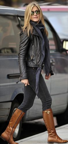 Style with leather jacket: Jennifer aniston killed it with this outfit. Love the all black and then the brown boots. Nice casual outfit, perf for winter Estilo Jennifer Aniston, Jenifer Aniston, Jennifer Lopez, Fall Winter Outfits, Autumn Winter Fashion, Winter Style, Mode Outfits, Casual Outfits, Brown Boots