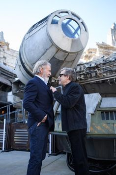 Photos of Billy Dee Williams, George Lucas, Mark Hamill, Harrison Ford touring Star Wars: Galaxy's Edge Star Wars Cast, Star Wars Film, Star Trek, Cuadros Star Wars, Billy Dee Williams, Karate Kid, Fiction, Mark Hamill, George Lucas