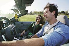 Sonne auf der Haut, Wind in den Haaren und den satten Sound des Motors im Ohr: Cabriofahren ist wahre Sinnesfreude – besonders mit einem Dieselantrieb unter der Haube. Foto: Peathegee Inc/Getty Images/Bosch/akz-o