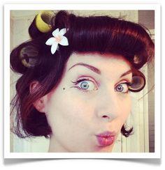 pin-up-bio-pose-bigoudis-rouleaux-cheveux-coiffure-boucles