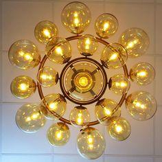 ¿Que os parece esta luminaria de suspensión circular con aros concéntricos y bolas de cristal ámbar de distintos diámetros? www.dajor.es #lampara #lamparasvintage